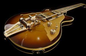 להחליף מיתרים בגיטרה חשמלית